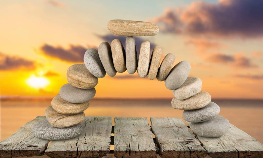 Арка из камней для стоунтерапии на фоне заката