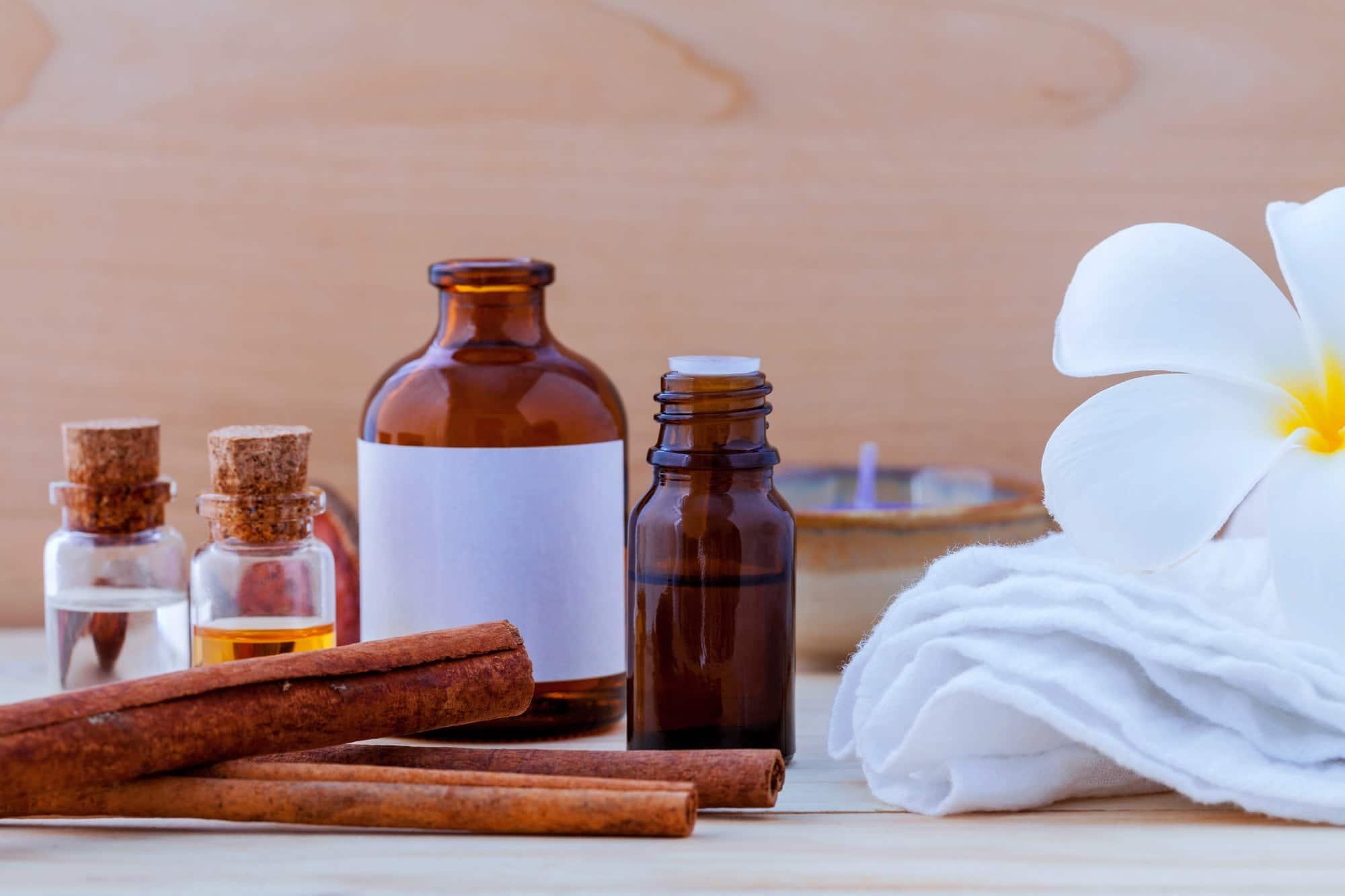 Бутылочки с маслом для массажа на столе