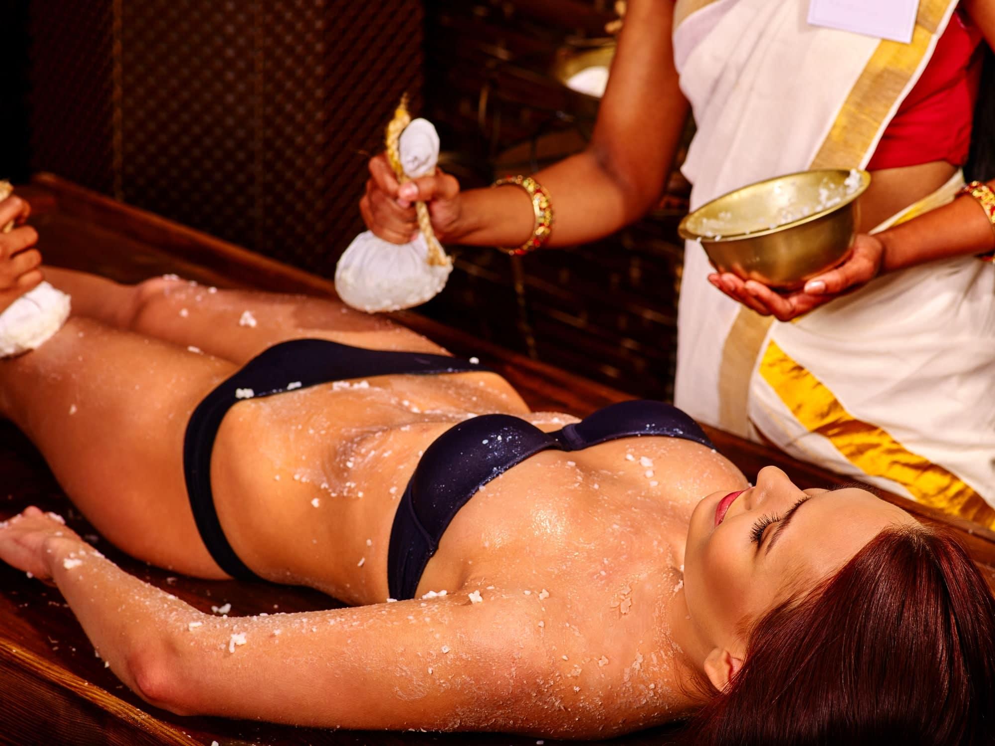 Девушка на процедуре аюрведического массажа