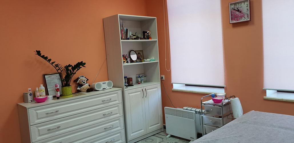 """Интерьер кабинета """"Массаж в Ярославле"""" - мебель в светлых тонах, камод и сервант"""