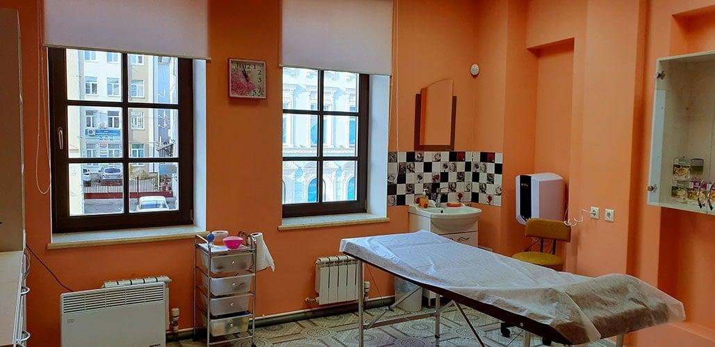Кабинет Массаж в Ярославле интерьер, массажный стол, умывальник, окна