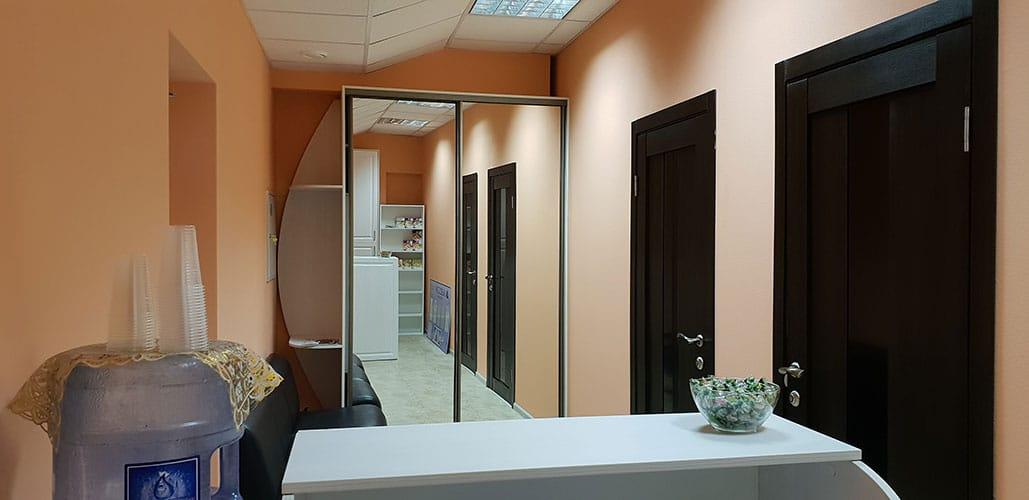 Интерьер кабинета Массаж в Ярославле. Рецепшен: удобный диван и шкаф для верхней одежды