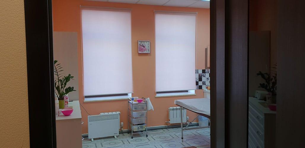 Интерьер массажного кабинета Массаж в Ярославле. Светлый фон стен и шторы приглушающие свет